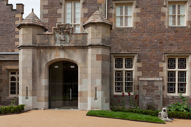 Abbotsford House - frameless glass entrance screen